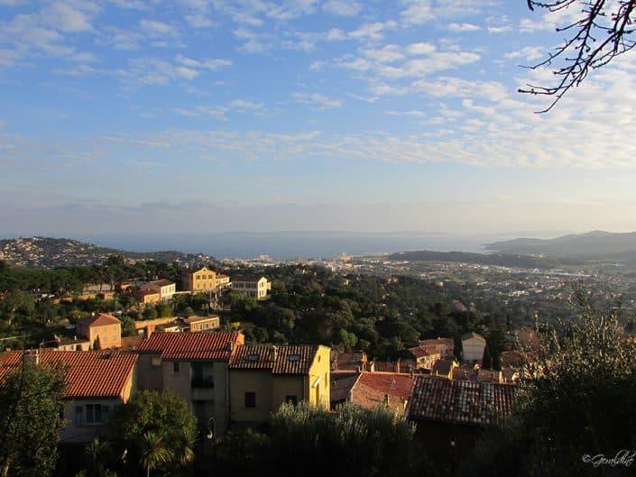 Une vue de Bornes-Les-Mimosas avec le Lavandou en second plan
