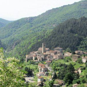 Vue éloignée du Village d'Antraigues-sur-Volane
