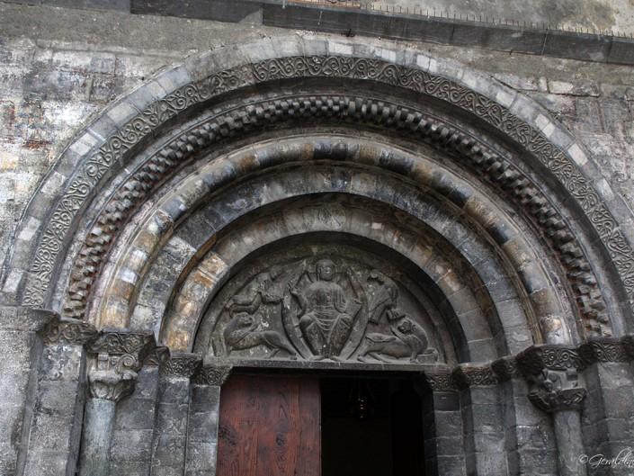 Entrée de l'église des Templiers à Luz Saint Sauveur