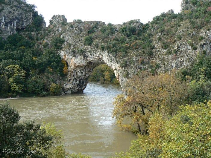 Le pont d'Arc avec Ardèche en crue