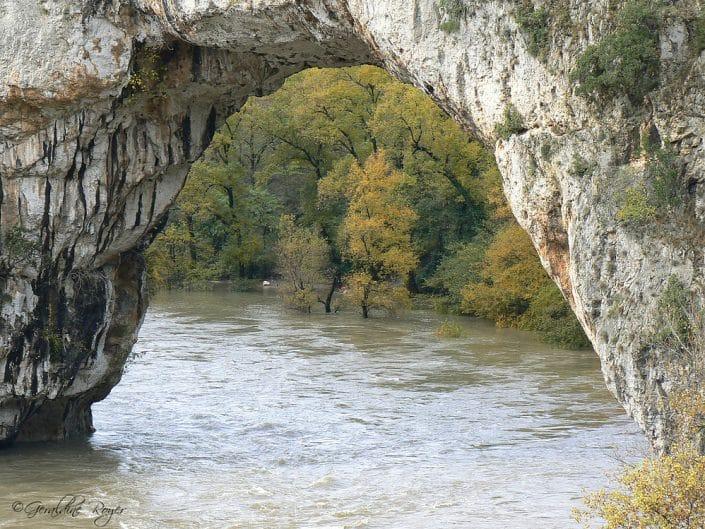 Gros plan sur Pont d'Arc pendant une crue Automnale